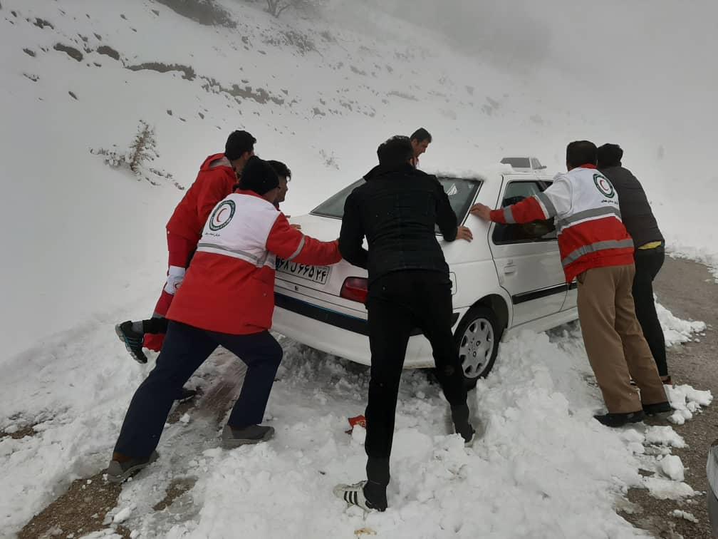 نجات ۱۷ مسافر گرفتار در گردنههای برفگیر باغملک